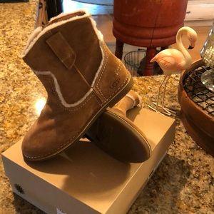 Ugg Catica size 7 short boots NIB